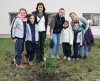 IAU plantan Marita y niñas.JPG